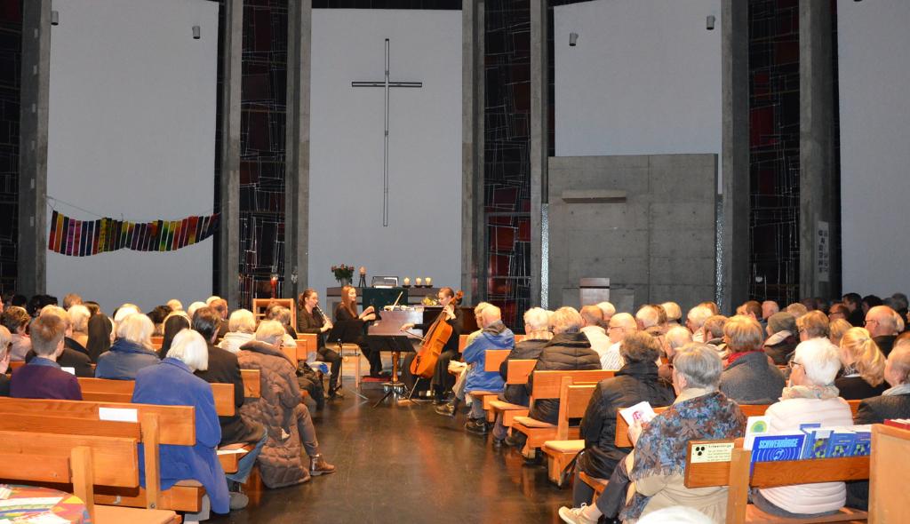 Gut besuchtes Benefizkonzert am 13. Nov. 16 in der Evang. Auferstehungskirche in Freiburg-Littenweiler. Fotos: Susanne Taraschewski