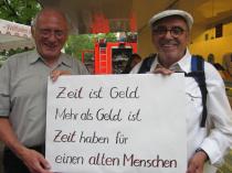 Karl Wassermann und Berthold Korner werben mit einer Moritat um Ehrenamtliche. Foto: Strickroth