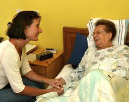 Zeit haben für den Besuch bei einer bettlägerigen älteren Frau. Foto: Gina Sanders - Fotolia
