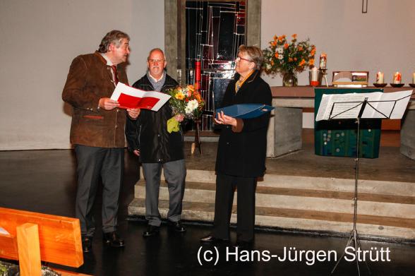Stiftungsdirektor Lothar Böhler ehrt Christa und Dieter Risch für ihr langjähriges ehrenamtliches Engagement. Beim Benefizkonzert des Freundeskreises überreicht er Urkunde, Blumen und Wein vom Stiftun