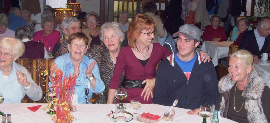 Gemeinsam das Leben genießen. Beim Kaffeekränzle in Schwärs Löwen wird auch gerne Wein getrunken. Foto: Strickroth